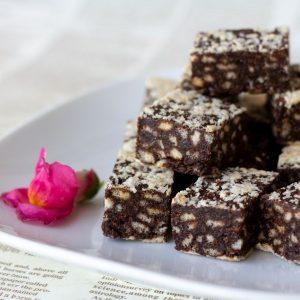 חטיף שוקולד חלבה פצפוצי אורז ופולי קפה טבעוני.